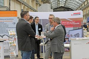 """Teilnehmer des Holzbau Kongress Berlin informieren sich in der begleitenden Fachausstellung<span class=""""bildnachweis"""">Fotos: Forum Holzbau</span>"""