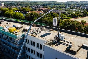 Paletten mit Dachbahnen oder Dämmplatten von 800 bis 900 kg Gewicht können im komplett ausgefahrenen Zustand mit dem Autokran auf das Dach transportiert werden