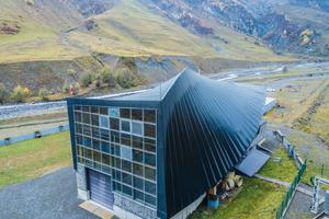 Das Kontrollzentrum des Kraftwerks hat eine gedrehte Dachform, die in die Fassade übergeht
