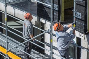 """Mit dem """"Peri Up Easy""""-Fassadengerüst, hier ergänzt mit Gerüsttreppen, lassen sich sichere Arbeitsplätze schaffen<br />"""