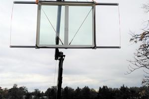 Eingehoben wurde das großformatige Dachschiebefenster aufgrund des hohen Gewichtes und der großen Abmessungen per Kran