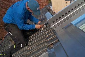 Der Dachhaken, der das Gewicht des geöffneten Fensterflügels aufnimmt, wird montiert