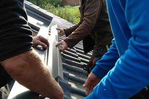Die Abdeckbleche werden rund um das Dachfenster montiert