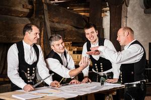 Sebastian Schmäh (zweiter von links) leitet den Betrieb Holzbau Schmäh in sechster Generation und beschäftigt 30 Mitarbeiter. Dazu gehören die Zimmerermeister Thomas Herrmann, Urs Müller und Joris Neyrinc (v.l.n.r.)<br /><br />