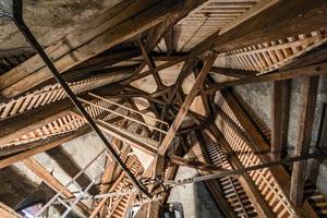 Holzbau Schmäh sanierte sowohl die Konstruktion des Glockenstuhls der Pfarrkirche St. Martin in Sipplingen als auch die historische Biberschwanzeindeckung&nbsp; <br />