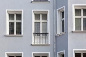 Die ursprünglichen Balkone wurden im Zuge der Sanierung abgebaut und die bodentiefen Fenster mit einem Geländer versehen. Neue Balkone, ausgerichtet zum ruhigen Innenhof werden 2020 gebautFoto: Gutex