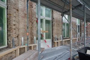 """Die speziellen """"Durio""""-Winkel dienen der Befestigung des Holzständerwerks"""