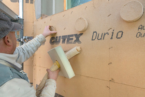 """<irspacing style=""""letter-spacing: -0.02em;"""">Der Hohlraum zwischen alter Fassade und neuen Holzfaserdämmplatten wird mit Holzfasereinblasdämmung ausgefüllt</irspacing>"""