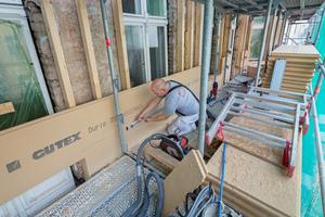 """Das """"Durio""""-Fassadendämmsystem besteht aus einer tragenden Holzkonstruktion, die an die Fassade montiert wird und den Holzfaserdämmplatten """"Durio Thermowall"""""""