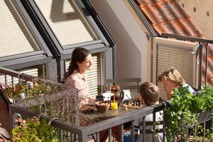 Beispiel für ein Dach mit Velux Dachbalkon: Ergänzt mit einem Geländer wird der Dachbalkon zur Aufenthaltsfläche im Steildach