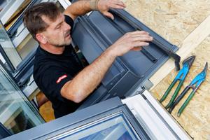 Die Montage von Markisenkasten und Eindeckrahmen schließt den Fenstereinbau ab