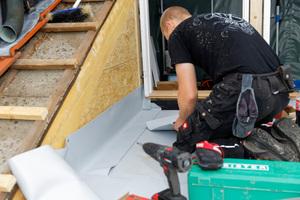 Parallel zum Einbau der Dachfenster wird mit der Abdichtung der Balkonfläche begonnen
