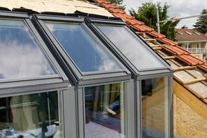 Fenster und Türen sind fertig eingebaut, die begehbare Balkonfläche ist bereits abgedichtet