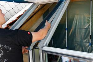 Zwischen den Dachfenstern werden U-Profile und Rinnen eingebaut