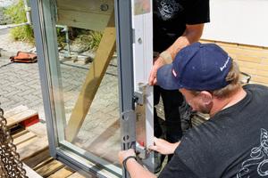 Die senkrechten Fenster werden vorbereitet und per Kran auf das Dach gehoben