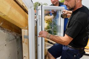 Dann werden die Fensterflügel und Türelemente eingebaut