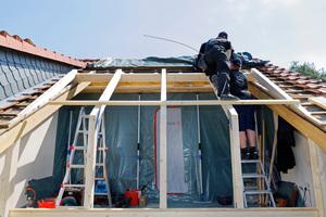 Die Arbeiten für den Dachbalkon beginnen mit der Dachöffnung und der Unterkonstruktion. Dabei sind die Statik des Daches und baurechtliche Genehmigungen zu beachten