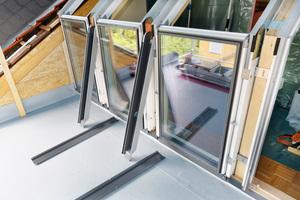 Die äußeren Abdeckbleche und die Rinnen für die Senkrechtfenster sind bereit zur Montage