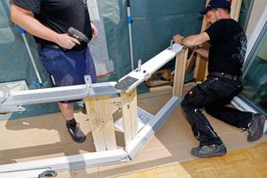 Auf dem Dach angekommen, werden die Rahmen der senkrechten und geneigten Fenster gekoppelt ...