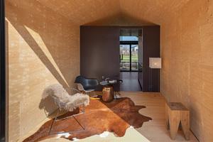 """Die Tragkonstruktion des Hauses besteht aus """"Kerto""""-Furnierschichtholzrahmen. Von innen sind die Wände mit Multiplexplatten beplankt"""