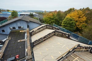 Nach dem Rückbau der alten Dachdeckung aus Wellplatten wurde eine neue Holzschalung verlegt, darüber Dampfbremsbahnen