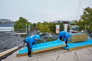 Anschließend verlegte das Team der Kühne GmbH Steinwolldämmplatten in 160 mm Dicke mit aufkaschierten Unterdeckbahnen