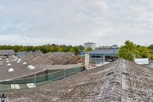 Die alten Dachflächen des Bundesbildungszentrums in Kassel vor der Sanierung