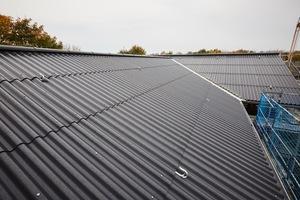 Die Dächer wurden bis auf wenige Ausnahmen wieder mit Eternit-Wellplatten eingedeckt<br />