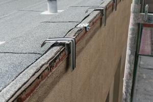 Die Ankerplatten verbleiben nach Abschluss der Arbeiten im Dachrand und werden später mit Attikaabdeckungen überdeckt