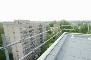 Das Seitenschutzsystem von Sifatec im Einsatz bei Sanierungsarbeiten auf einem Wohnhaus in Dortmund <br />