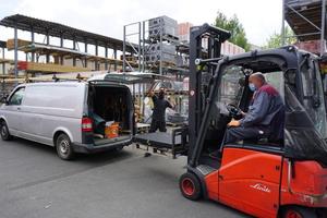 Einkauf nur mit Mundschutz: Ein Handwerker holt bestellte Ware im Baustoffhandel Heitkamm Dachbaustoffe in Gütersloh ab