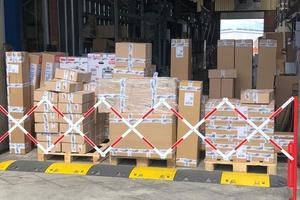 Kontaktlose Übergabe an den Paketdienst in Corona-Zeiten: Im Lager von Dachdeckermarkt24 steht bestellte Ware zur Abholung bereit