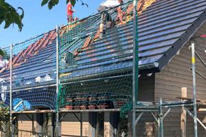 Ein Großteil des Dachs ist schon eingedeckt und verkabelt