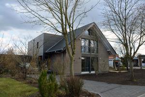 Ein neuer, kubischer Anbau ergänzt das 20 Jahre alte Wohnhaus. Die Solardachziegel auf dem Dach sind von Weitem kaum zu erkennen Fotos: Dammann-Haus GmbH