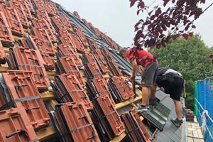 Die Solardachziegel werden wie herkömmliche Dachziegel verlegt und zusätzlich über Steckverbindungen in Reihe geschaltet