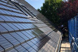 Zwei große Teilbereiche wurden auf der Südseite des Daches mit Solardachziegeln eingedeckt