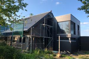 Das Einfamilienhaus mit dem neuen Anbau in der Sanierungsphase