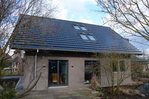 Neben dem Dach wurde auch die Fassade des Hauses saniert. Sie erhielt eine Dämmung aus Holzweichfaserplatten und eine neue HolzschalungFotos: Dammann-Haus GmbH