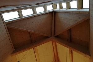 Acht Schwingfenster von Fakro wurden im Altarbereich der Kirche in den Dachreiter eingebaut