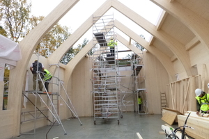 Brettschichtholz-Dreigelenkrahmen bilden das Tragwerk der Kirche