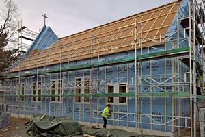 An der Fassade verlegte man Unterdeckbahnen. Darüber montierten die Holzbauer eine Lattung für die hinterlüftete Fassade aus Putzträgerplatten