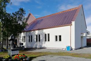 """Die Pfarrkirche in Alta (Norwegen) erhielt eine Kupferstehfalzdeckung. Ganz links sind die eingebauten Dachfenster im Dachreiter zu erkennen  <span class=""""bildnachweis"""">Fotos: Bundschuh Holzbau GmbH</span>"""