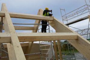 """Zwischen den Brettschichtholzbindern wurden passend zur Dachneigung abgeschrägte BSH-Pfetten verschraubt<span class=""""bildnachweis"""">Fotos: Bundschuh Holzbau GmbH</span>"""