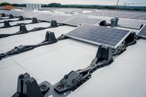 Die Solarmodule lassen sich per Klemmtechnik auf der Unterkonstruktion befestigen