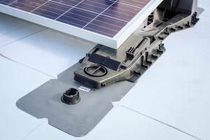 Die Solarunterkonstruktion wird aufgesetzt und mit den Bajonettverschlüssen verriegelt