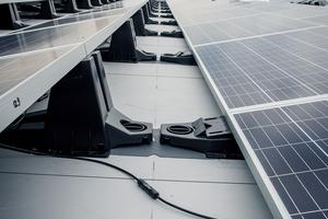 Bauder bietet Solaranlagen auch als Komplettsysteme an, bestehend aus Unterkonstruktion, Modulen, Wechselrichtern und Kabeln