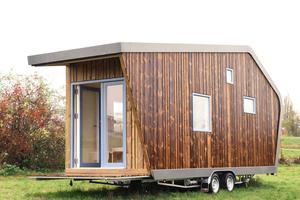 """Das Tiny House """"Hytte"""" ist in Holzbauweise gebaut. Die Fassade besteht aus imprägnierten """"Kebony""""-Hölzern"""