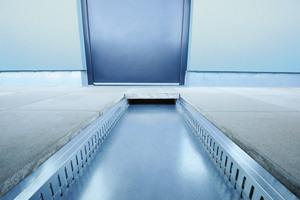 Durch ihre dem Bodenbelag angepasste Größe lassen sich die Revisionskanäle fast vollständig abdecken. Der Plattenbelag lässt sich einfach wieder abheben