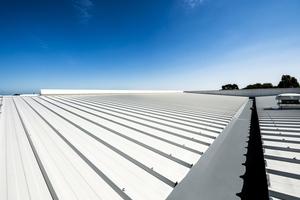 Neben Sandwichelementen bietet Kingspan gedämmte und nicht gedämmte Dachrinnen und weiteres Zubehör für die Dachentwässerung an<br />
