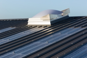 """Bei Bedarf sind die Dachelemente """"KS1000 RW"""" oder """"KS1000 FF"""" mit eingebauten Lichtkuppeln erhältlich"""